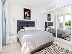 Dormitorio principal con aire acondicionado,  reloj láser despertador
