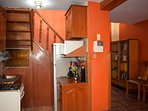 Kitchen con cocina, lavadero, Refrigerador, Microondas, vajilla, utensilios e intercomunicador.
