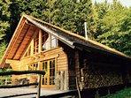 Blockhaus mit Brennholzvorrat für den Winter - genütliche Zeit am Holzofen
