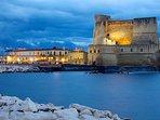 In quindici minuti a piedi: il Castel dell'Ovo e il Borgo Marinari con tipici ristorantini e Caffè