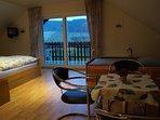 Schlafzimmer mit TV, Balkon und Panoramablick