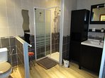 salle de bain douche lavabo et wc de la chambre santoline