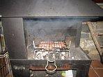 La chimenea exterior se convierte en barbacoa. Hay parrillas para asar.