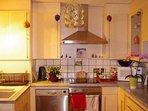 Cuisine équipée, avec machine à laver la vaisselle, et bases alimentaires.