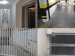 Corredores, elevador, garagem exclusiva e sistema de segurança com portão duplo acionado por 'tags'