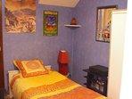 Chambre à coucher, lit de 90, avec armoire.