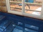 La piscina esta cerrada y climatizada y esta tratada con equipo salino la tempe ma de 30 a 32 grados