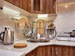 Полностью оборудованная кухня - эл.плита, эл.чайник, посуда и пр.