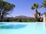 vue depuis la piscine ou vous pourrez vous détendre en admirant le rocher de Roquebrune