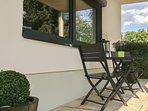 Überdachte Terrasse mit Sitzmöglichkeit.