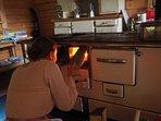 Am Holzherd für die Freunde im Blockhaus kochen, so wie früher bei Oma im Schwarzwald