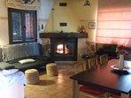 Amplio salón comedor con hogar que en invierno hace la estancia muy agradable