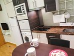Cocina completa: nevera, micro, lavavajillas, lavadora, inducción, TV.