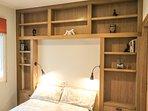 Detalle del frontal de la cama para colocar todas tus cosas, hecha a medida en madera de roble.