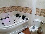 Baño 2 con jacuzzi en planta de habitaciones