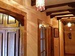 Interior casa acceso habitaciones