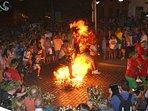 Saltando las hogueras en la Noche de San Juan (23 de junio)
