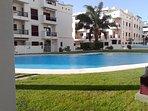La piscina es ideal para adultos y niños, el cesped es natural. Apertura piscina 15 Mayo