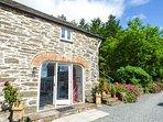THE HAYLOFT, romantic, private patio, barn conversion, WiFi, pet-friendly