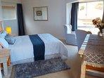 camera da letto matrimoniale, con bagno en suite finestre del bagno e angolo per godersi la vista dal letto!