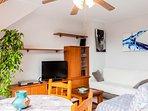 Sala de estar con otro sofá cama individual fácil de abrir y muy cómodo.