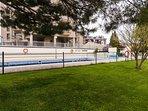 Piscina comunitaria y Piscina para niños en un área, exterior soleada por orientación Suroeste.
