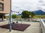 Zonas de juego infantil comunitarias que pueden usar los diferentes juegos y con canasta baloncesto.