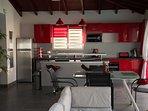 La cuisine moderne et très bien équipée ouverte sur la salle à manger
