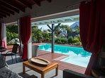 Le salon donne directement sur la terrasse et la piscine