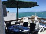 Terrasse sur mer : transat et barbecue.