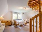 Dieses Zimmer mit zwei Schlafsofas und Tisch ... // This room with two sofas and a table ...