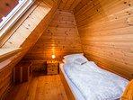 Oben befindet sich jeweils ein Einzelbett ... // Upstairs you will find a single bed each ...