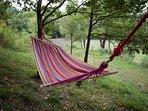 ci si può rilassare su un amaca all'ombra delle tante querce che circondano la casa.