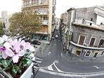 vista dal balcone su strada che a 50 metri porta in piazza Stesicoro e via Etnea