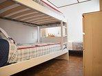 Dormitorio 2. Tres camas de 105 cm.