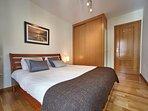 Dormitorio matrimonial con armario empotrado en habitación.