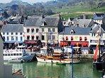 Port en Bessin avec ses restaurants et commerces
