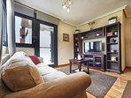Salón completo y equipado, con comedor, TV, DVD.
