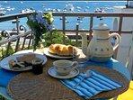 Svegliarsi e fare colazione con il castello Aragonese,Capri all'orizzonte e d il mare di Ischia!!!