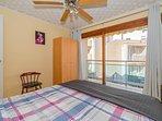 El dormitorio es amplio y muy iluminado con balcon