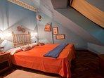 2 habitacion se pueden poner dos camas de 90 cmtros y un sofa cama individual.