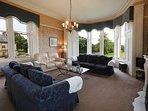 Large dual-aspect lounge
