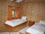 Alle Zimmer im Ferienhaus sind mit massivem unbehandelten Holz eingerichtet.