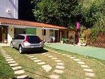 Grande área verde, quintal, jardim, estacionamento até 4 carros