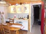 une partie de la cuisine et le couloir ver le coin nuit