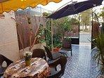 Porche jardín con zona de comer al aire libre