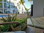 terraza privada con acceso directo a la piscina y vistas espectaculares al mar