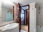 Cuarto de baño con baño y ducha.