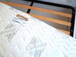 Il materasso nella camera matrimoniale è a molle singole insacchettate. Rete a doghe di legno.