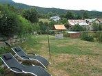 Plateau sous la maison pour pratiquer à loisir badminton,volley, farniente etc..avec vue sur lac !